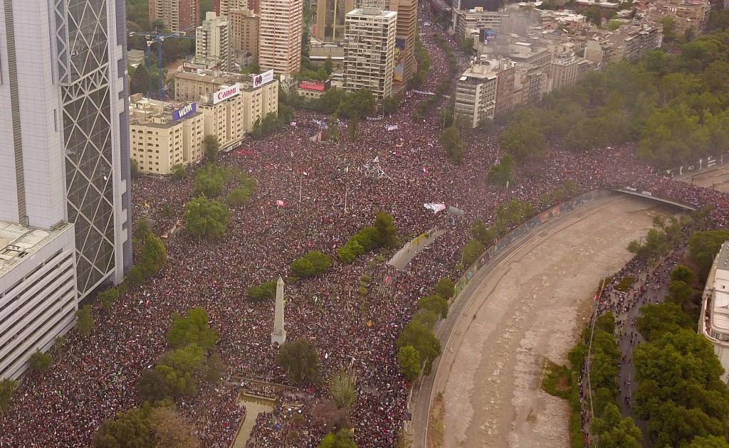 25 de Octubre de 2019/SANTIAGO Mas de medio millón de personas en la Marcha mas grande de Chile, que fue convocada por los ciudadanos dentro del descontento social que ha estallado esta ultima semana FOTO:SAMIR VIVEROS/AGENCIAUNO